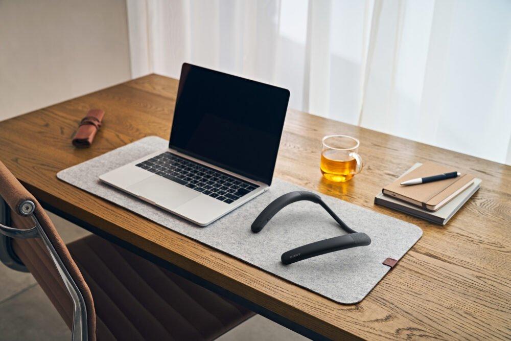 Sony SRS-NB10 boyun bandı masadan görünüm